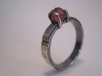Rujo-sormus, kivenä vaaleanpunainen safiiri.