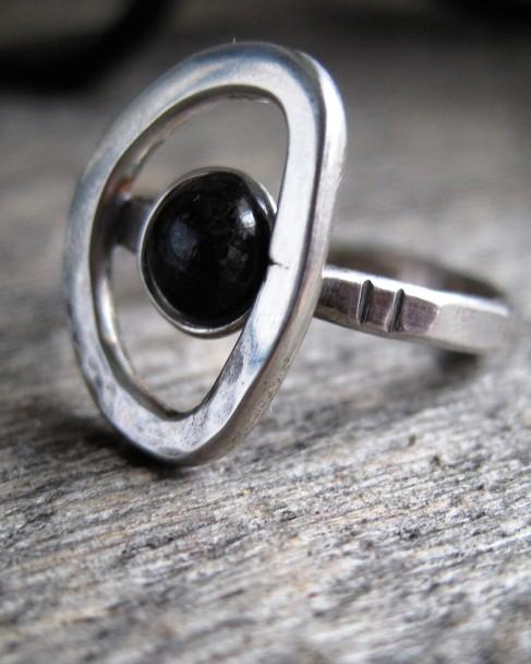 Korpi-sormus, kivenä musta käsin hiottu diabaasi