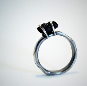 Rujo-sormus mustalla raakaonyksilla.