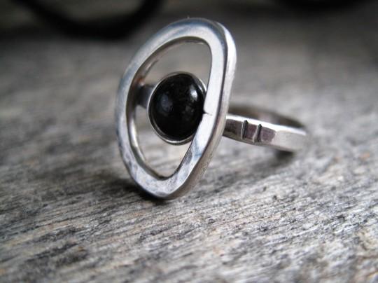 Korpi-sormus, kivenä musta käsinhiottu diabaasi
